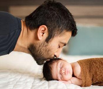 ایده عکاسی از نوزاد با پدر در منزل