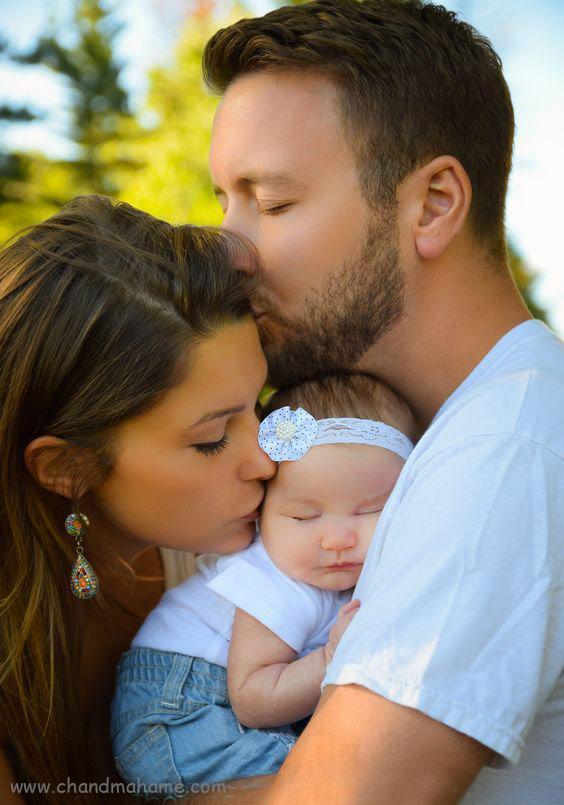 ایده عکس نوزاد با پدر و مادر در خانه - ژست بوسیدن