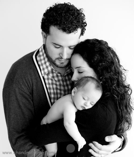 ایده عکس نوزاد با پدر و مادر در خانه - ژست در آغوش گرفتن
