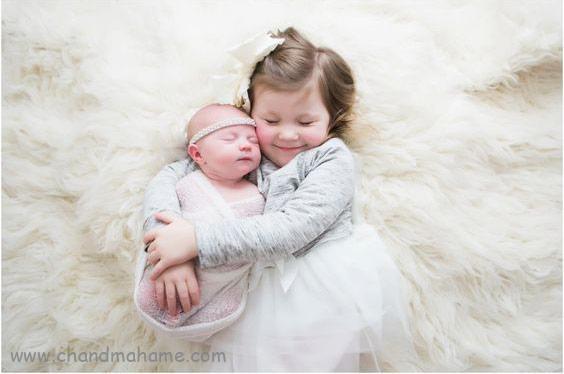عکاسی از نوزاد در منزل با خواهر و برادر مدل آغوش - چندماهمه