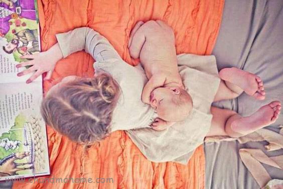 عکاسی خلاقانه از نوزاد در منزل با خواهر و برادر - چندماهمه