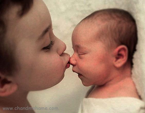 ایده عکس نوزاد در منزل با خواهر و برادر مدل بوسه - چندماهمه