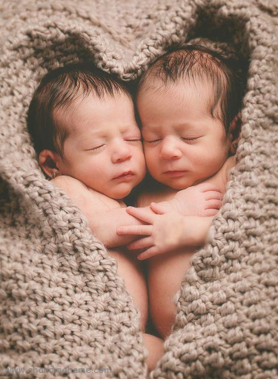 عکاسی از نوزادان دوقلو در منزل در آغوش - چندماهمه