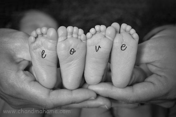 عکاسی خلاقانه از نوزادان دوقلو در منزل - چندماهمه