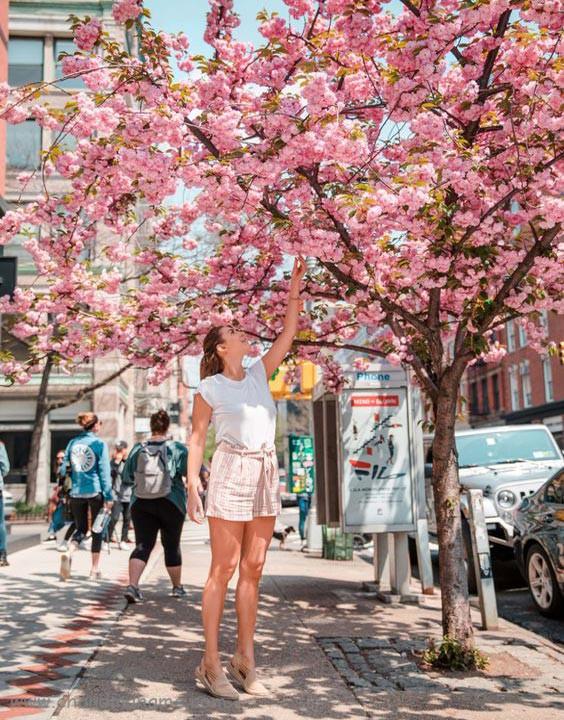 ژست عکس تک نفره در فضای باز بهار - چندماهمه