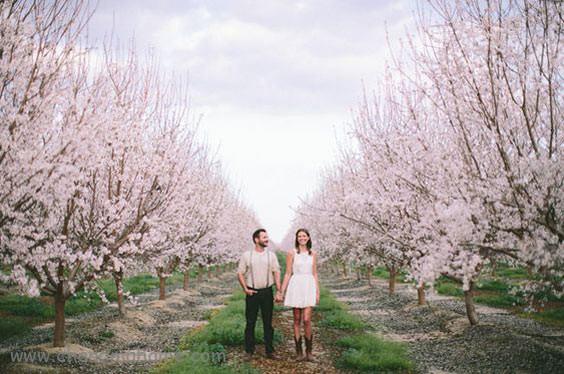 ژست عکاسی دو نفره در فضای باز بهاری - چندماهمه