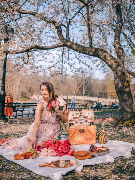 ژست عکس نشسته در فضای باز بهار - چندماهمه