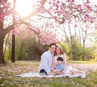 ایده ژست عکاسی از کودک با پدر و مادر در فضای باز و بهار - چندماهمه