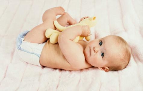 تصویر رشد نوزاد در 3 ماه و 2 هفتگی : هماهنگی بازوها، دستها و پاها