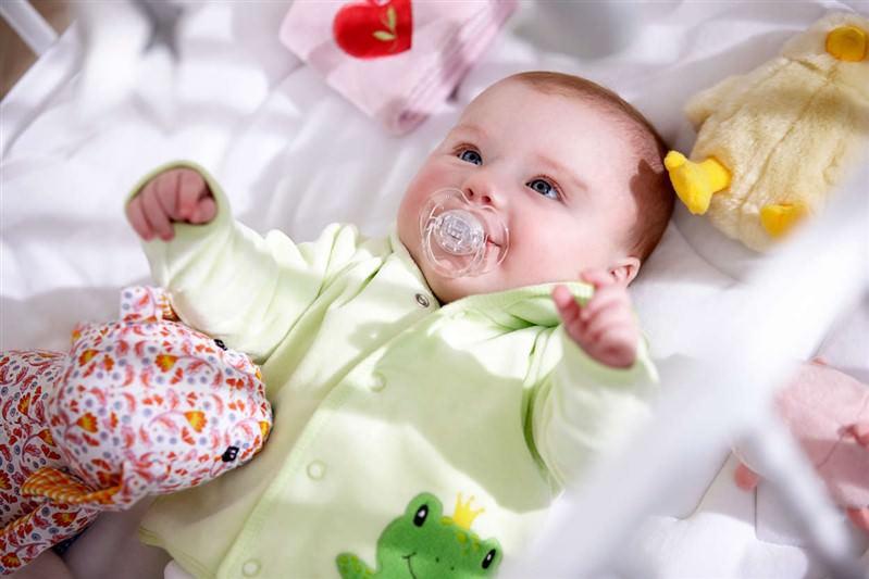 تصویر رشد نوزاد در 4 هفتگی : زمان بازی نوزاد